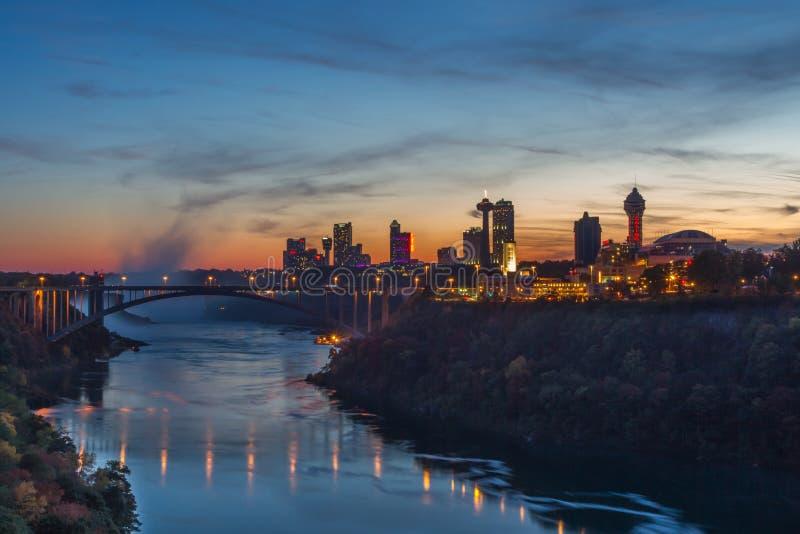 Puente del arco iris en Niagara Falls, los E.E.U.U. imagenes de archivo