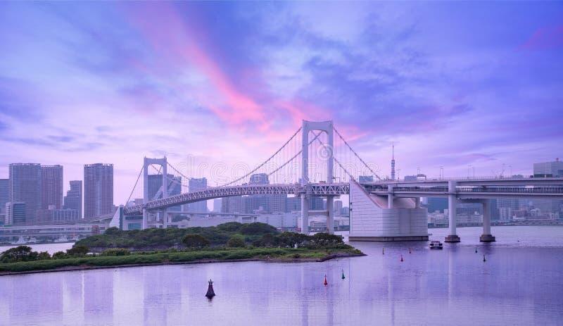 Puente del arco iris y horizonte urbano en la puesta del sol, Tokio fotografía de archivo libre de regalías