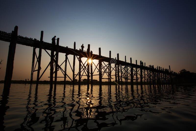 Puente del bein de U - famoso y puente de madera de la teca más larga sobre Taungth fotografía de archivo libre de regalías