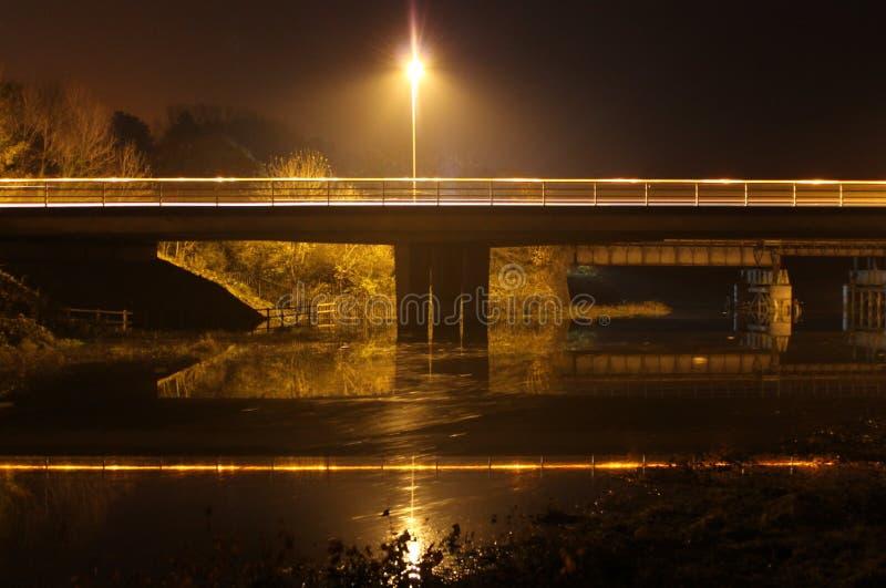 Puente del camino en la noche imagenes de archivo