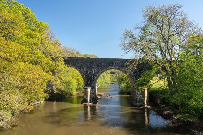 Puente del camino sobre el río Torridge cerca de Torrington en Devon imagen de archivo