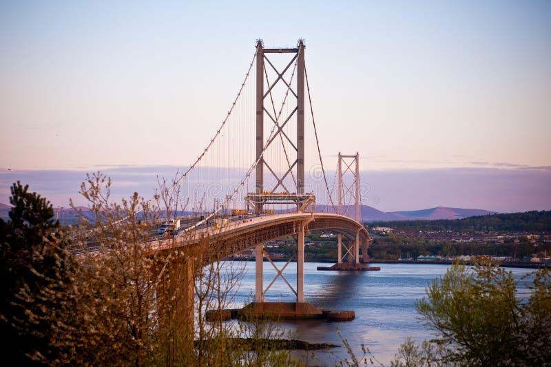 Puente del camino a través del brazo de mar de adelante imagen de archivo libre de regalías