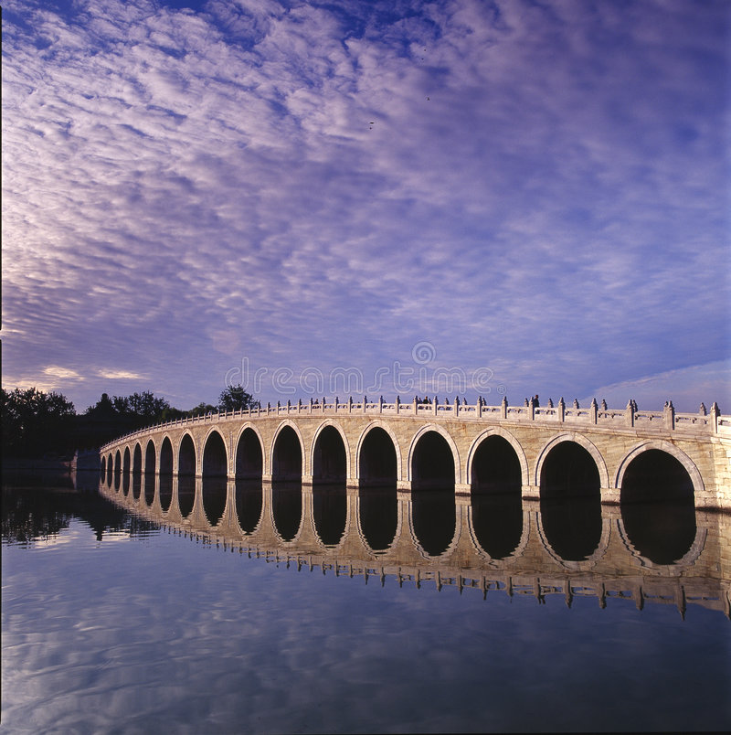Puente del Diecisiete-Arco imagenes de archivo