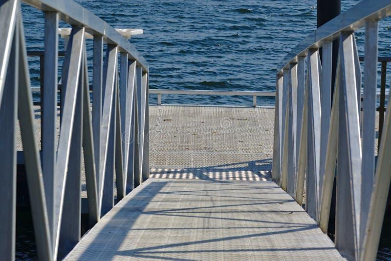 Puente del embarcadero con la puerta de plata que va abajo de la dirección fotos de archivo libres de regalías