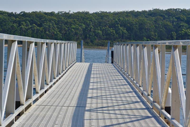 Puente del embarcadero con la puerta de plata fotos de archivo
