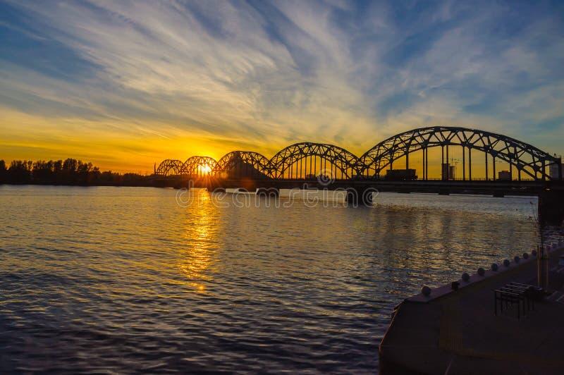 Puente del ferrocarril sobre Daugava del río en Riga imagen de archivo libre de regalías