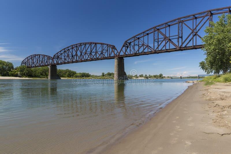 Puente del ferrocarril sobre el río Missouri fotos de archivo