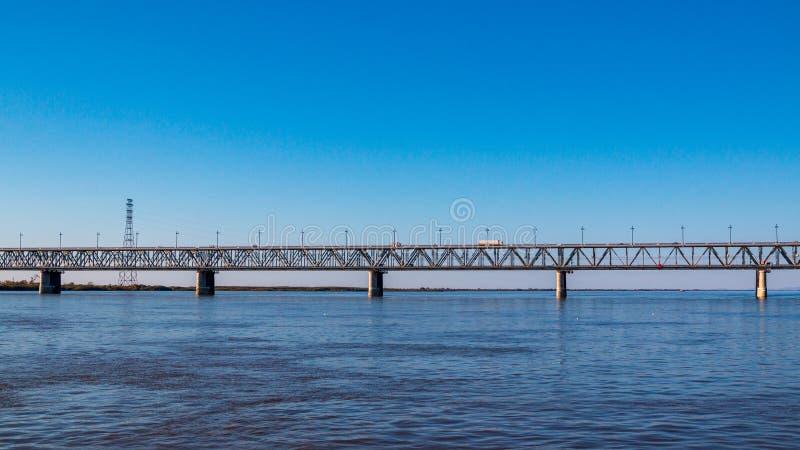 Puente del ferrocarril y del camino a través del río de Amup en la ciudad de Jabárovsk imágenes de archivo libres de regalías