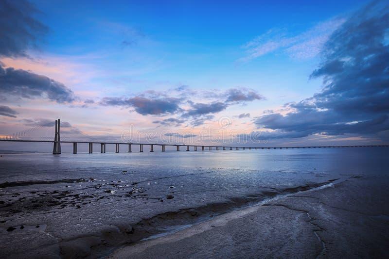 Puente del Gama de Vasco DA en Lisboa El puente más largo de Europa foto de archivo