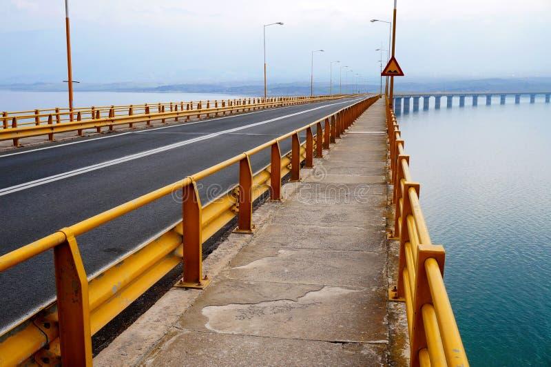 Puente del haz sobre un lago fotografía de archivo