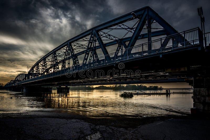 Puente del hierro sobre el río imagenes de archivo