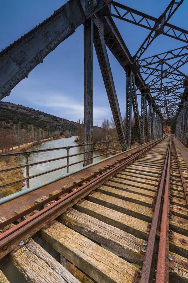 Puente del hierro sobre el r?o imagen de archivo libre de regalías