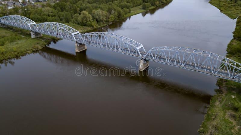 Puente del hierro sobre la opini?n del r?o del abej?n fotos de archivo libres de regalías