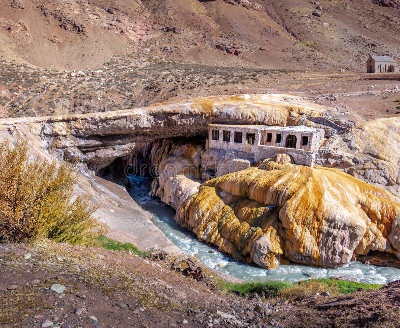 Puente del Inca ή γέφυρα Inca κοντά στην οροσειρά de Los Άνδεις - την επαρχία Mendoza, Αργεντινή στοκ εικόνες