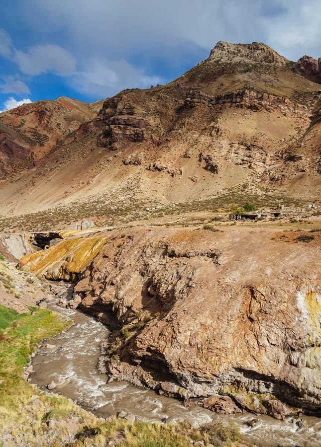 Puente del Inca i det Mendoza landskapet, Argentina royaltyfri foto