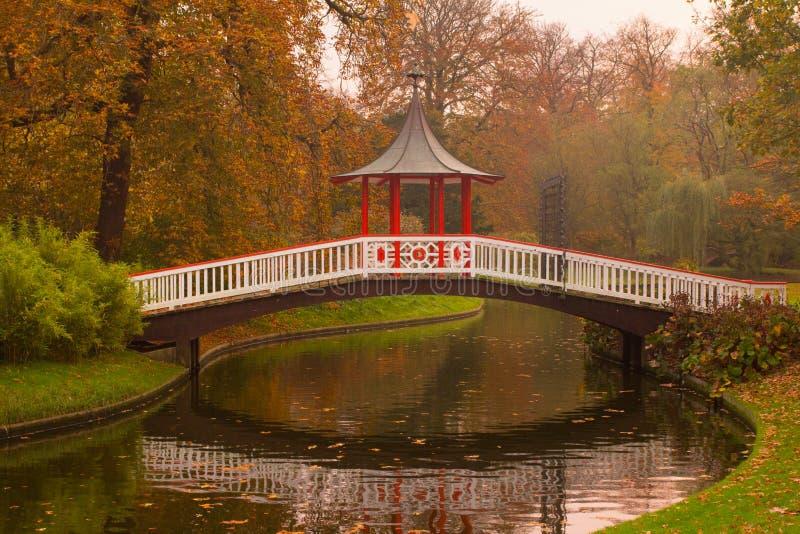 Puente del jardín fotos de archivo