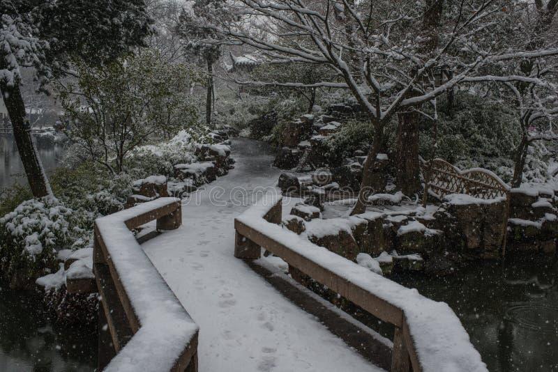 Puente del jardín del administrador humilde en la nieve, Suzhou antiguo, China imagenes de archivo