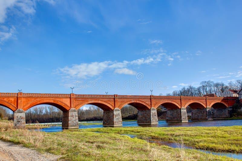 Puente del ladrillo de Kuldiga Letonia imagenes de archivo