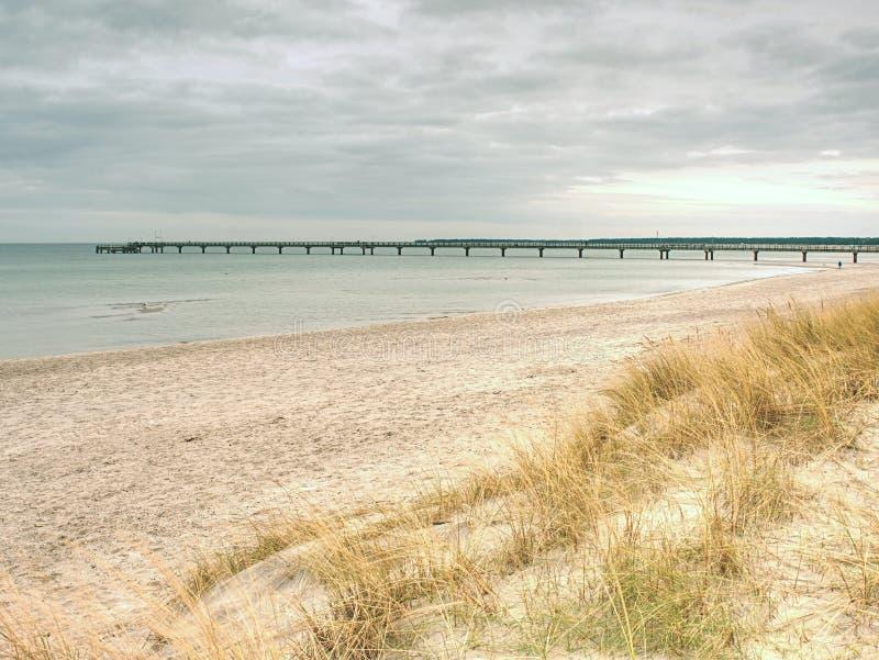 Puente del mar Báltico en el mar liso dentro del absolut sin viento Sun ocultado en el horizonte brumoso fotos de archivo libres de regalías
