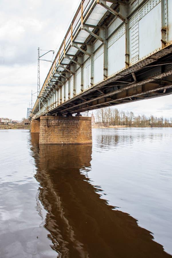puente del metal sobre el r?o en pa?s imagen de archivo