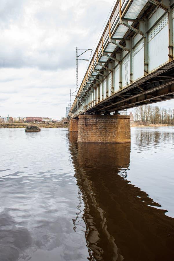 puente del metal sobre el r?o en pa?s fotos de archivo