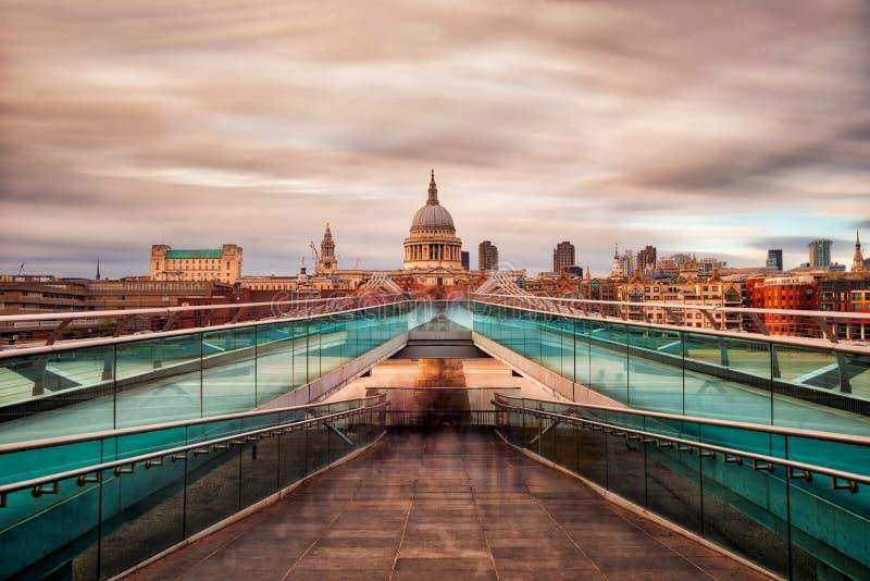 Puente del milenio en Londres hacia la catedral de San Pablo, tomada en septiembre de 2018 el hdr admitido foto de archivo libre de regalías