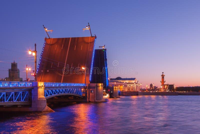 Puente del palacio del puente levadizo, noches blancas en St Petersburg, Rusia imagen de archivo