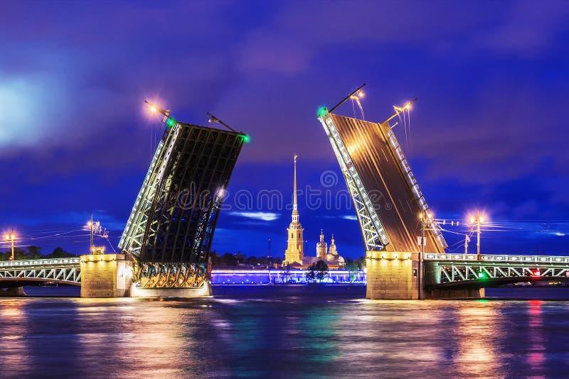 Puente del palacio en St Petersburg fotografía de archivo