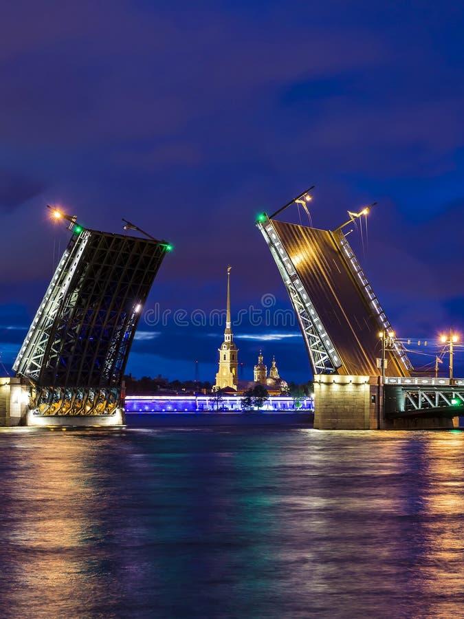 Puente del palacio en St Petersburg, Rusia foto de archivo libre de regalías