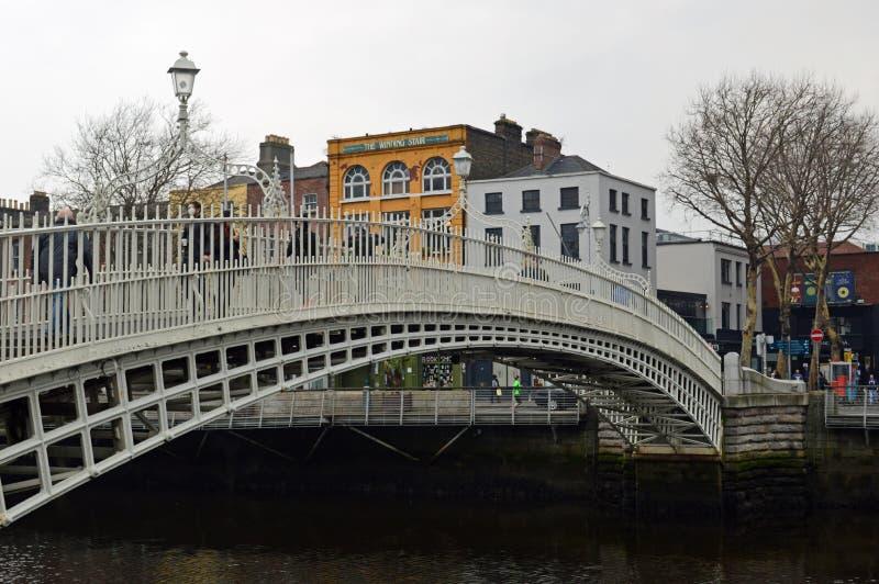 Puente del penique del ` de la ha sobre el liffey foto de archivo