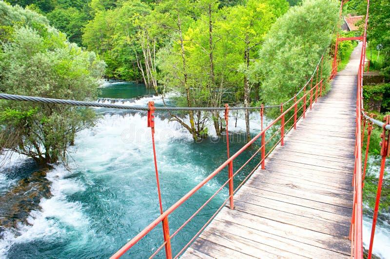 Puente del río de las montañas fotos de archivo