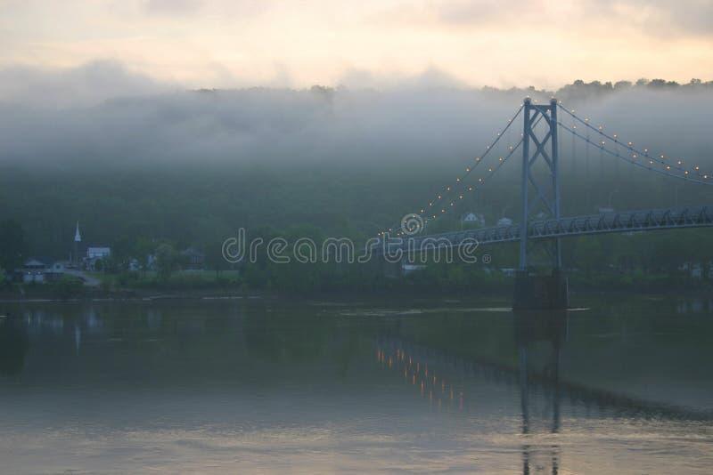 Puente del río de Ohio en el amanecer fotografía de archivo libre de regalías