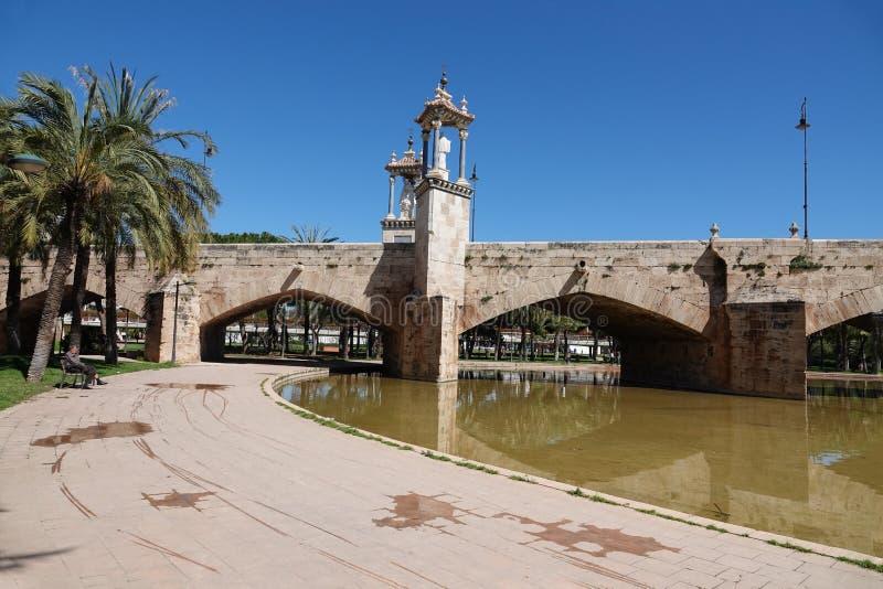 Puente del Real brug in Turia-park in Valencia, Spanje stock foto's