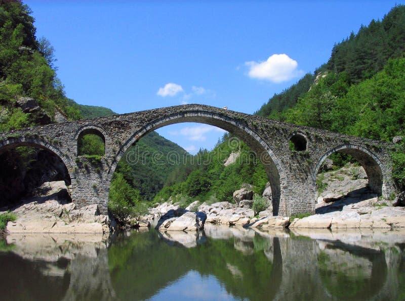 Puente del ` s del diablo cerca de Ardino, Bulgaria fotos de archivo