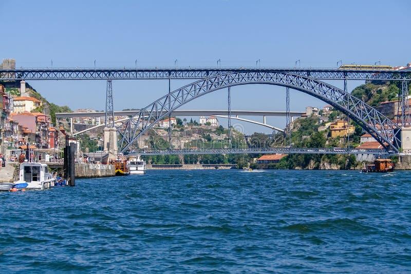 Puente del siglo XIX de Dom Luis I sobre el río del Duero con la ciudad L y Gaia R de Oporto fotografía de archivo