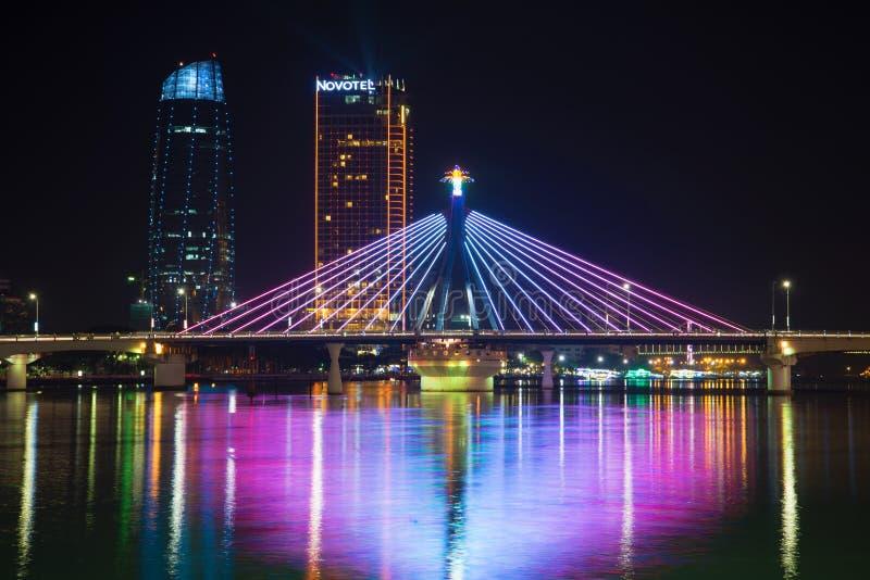 Puente del sur en el río Han en la iluminación de la noche Vietnam imagenes de archivo