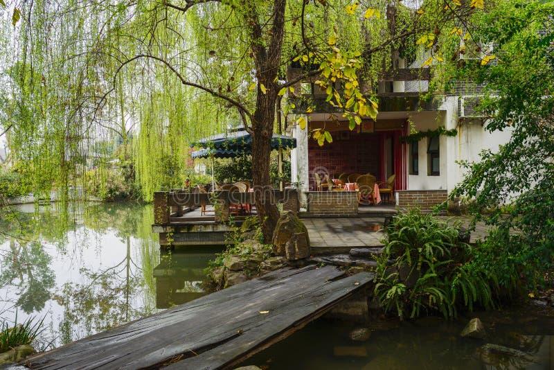 Puente del tablón antes del edificio chino imagenes de archivo