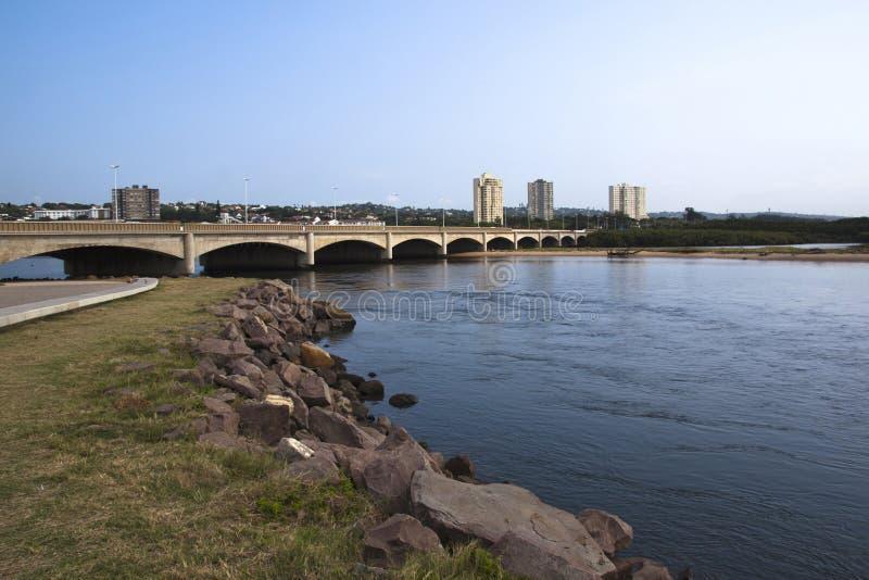 Puente del tráfico sobre la boca del río Durban Suráfrica de Umgeni imagen de archivo