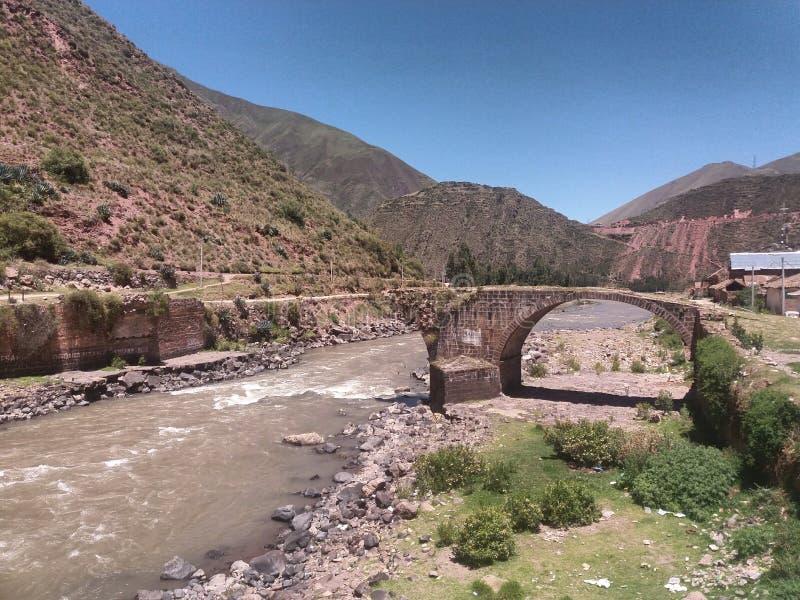 Puente destruido con el fondo del cielo azul foto de archivo