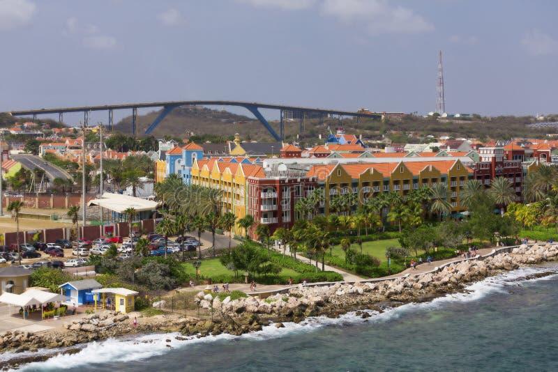 Puente detrás del centro turístico de Curaçao fotografía de archivo