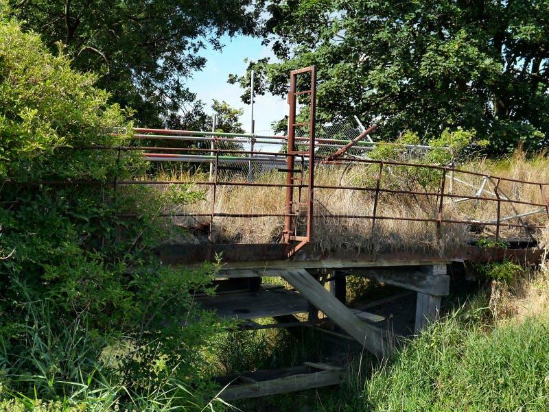 Puente dilapidado reclamado por naturaleza fotografía de archivo libre de regalías