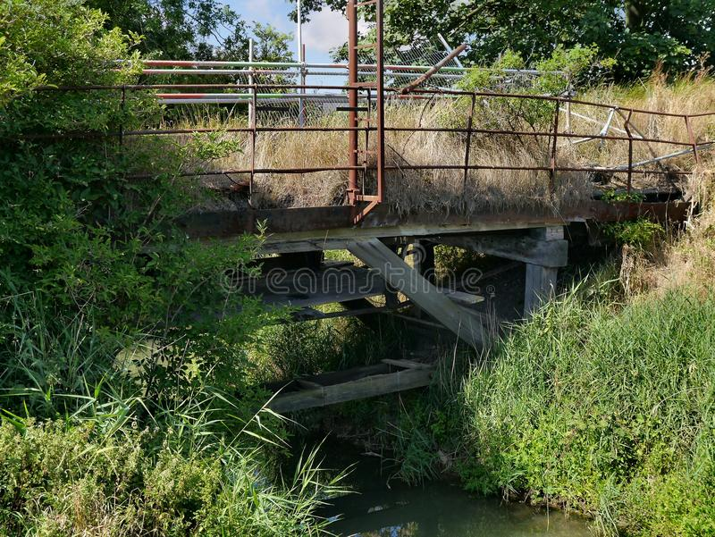 Puente dilapidado reclamado por naturaleza fotos de archivo libres de regalías