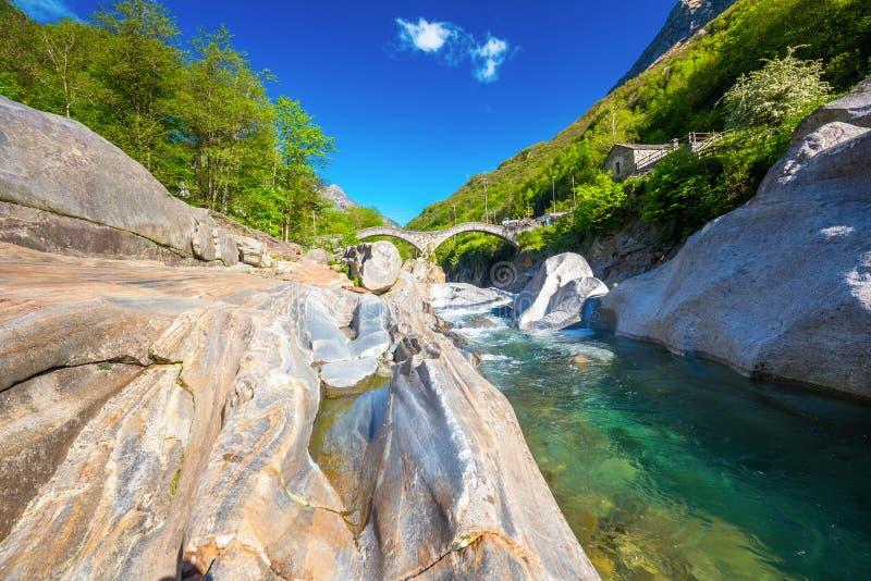 Puente doble de la piedra del arco en el dei Salti con la cascada, Lavertezzo, Verzascatal, Tesino, Suiza de Ponte imagen de archivo libre de regalías