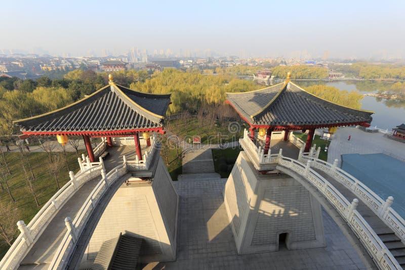 Puente doble del arco en el edificio principal del jardín del furong del datang imagenes de archivo