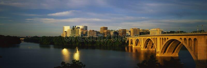 Puente dominante con Washington, horizonte de la C.C. imagenes de archivo