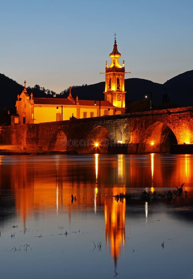 Puente e iglesia históricos de Ponte de Lima por noche imágenes de archivo libres de regalías