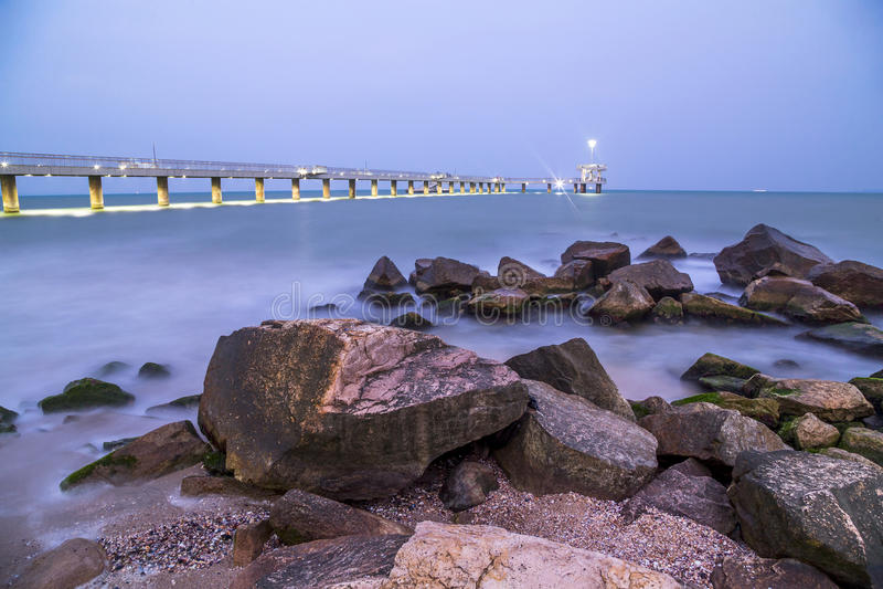 Puente en Burgas en la noche imagen de archivo