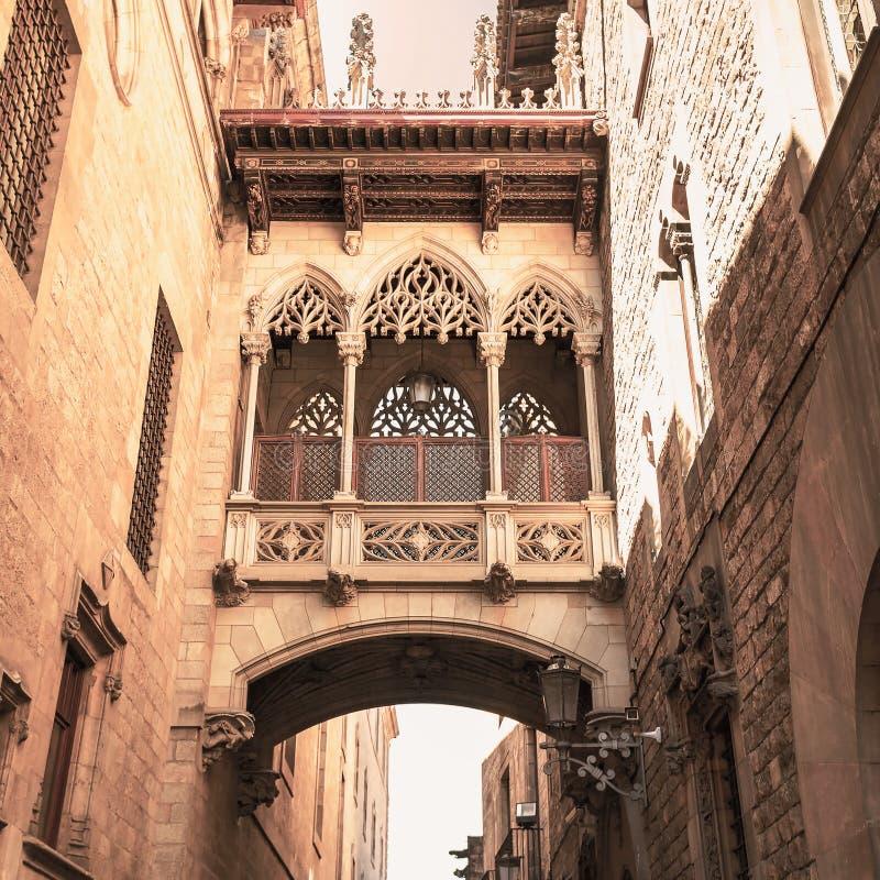 Puente en Carrer del Bisbe en Barri Gotic, Barcelona fotografía de archivo
