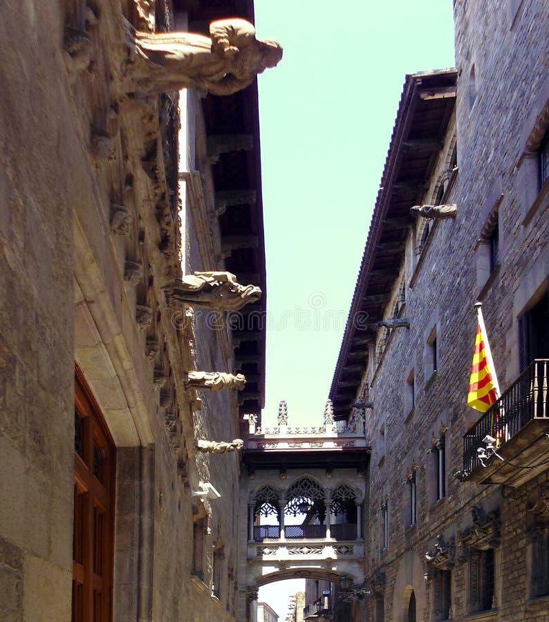 Puente en Carrer del Bisbe en Barri Gotic, Barcelona españa imagenes de archivo