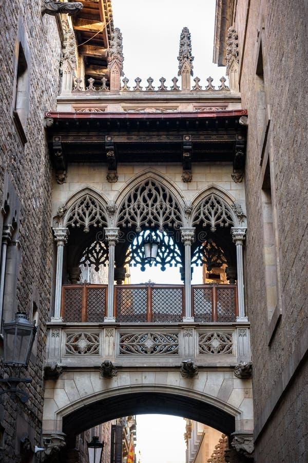 Puente en Carrer del Bisbe en Barcelona Barri Gotic, España imagen de archivo